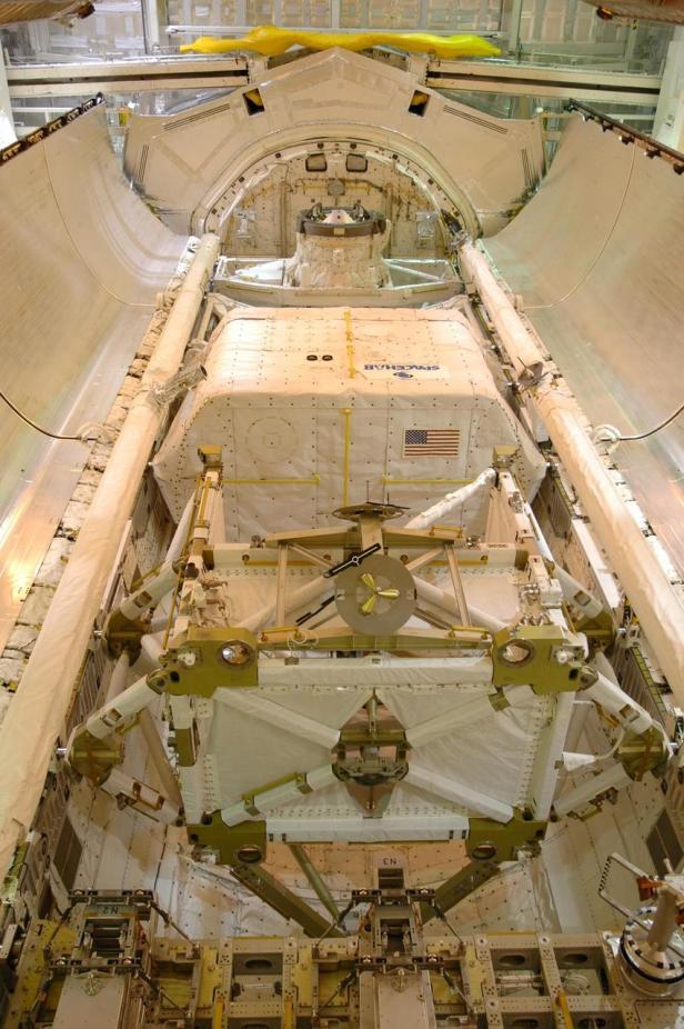 STS-116 payloads KSC-06pd2618_medium