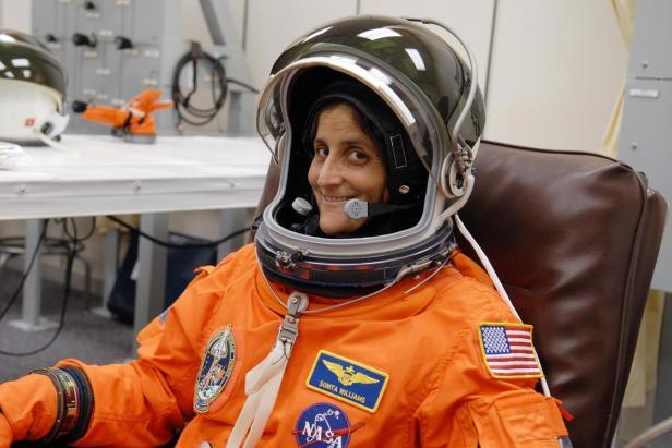 Suni Williams STS-116 KSC-06pd2717_medium